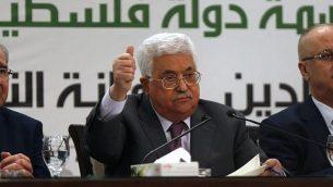 رئيس السلطة الفلسطينية محمود عباس يتحدث خلال مؤتمر صحفي حول القدس، في مدينة رام الله في الضفة الغربية، 11 أبريل، 2018. (AFP/Abbas Momani)