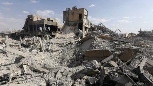 هذه الوصرة تم التقاطها في 14 أبريل، 2019 وتظهر حطام مبنى  وُصف بأنه جزء من مجمع مركز بحوث جمرايا في منطقة برزة، شمال دمشق، خلال جولة لوسائل الإعلام نظمتها وزارة الإعلام السورية، 14 أبريل، 2018. (AFP PHOTO / LOUAI BESHARA)