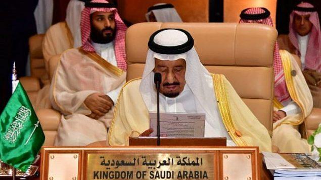 الملك السعودي سلمان بن عبد العزيز في القمة التاسعة والعشرين لجامعة الدول العربية في الظهران ، شرق المملكة العربية السعودية، في 15 أبريل  2018. (AFP / STR)