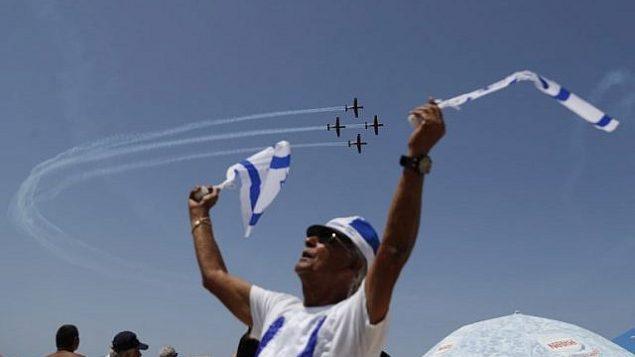إسرائيليون يشاهدون عرض طيران خلال الاحتفالات بيوم الاستقلال ال70 لبلادهم، في 19 أبريل، 2018، في مدينة تل أبيب.(AFP PHOTO / Ahmad GHARABLI)