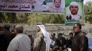 وصول مشيعون إلى بيت عزاء للأستاذ الجامعي والعضو في حركة حماس فادي محمد الطبش (35 عاما)، الذي  قُتل في وقت سابق من اليوم في ماليزيا، في جباليا شمال قطاع غزة، 21 أبريل، 2018. (AFP PHOTO / MAHMUD HAMS)