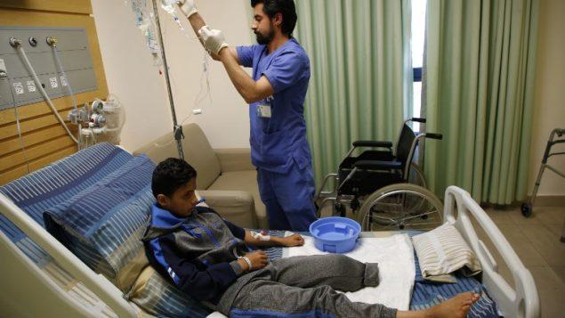عبد الرحمن نوفل (12 عاما) في مستشفى في مدينة رام الله، بعد بتر رجله نتيجة اصابة برصاص الجيش الإسرائيلي بالقرب من حدود غزة، 23 ابريل 2018 (AFP PHOTO / ABBAS MOMANI)