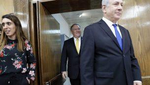 وزير الخارجية الأمريكي مايك بومبيو (وسط الصورة) ورئيس الوزراء الإسرائيلي بينيامين نتنياهو (من اليمين) يصلان إلى مؤتمر صحفي مشترك في وزارة الدفاع في تل أبيب، 20 أبريل، 2018. (AFP PHOTO / Thomas COEX)