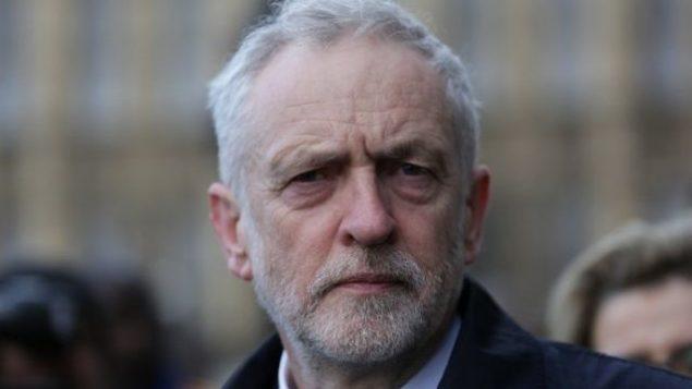 زعيم حزب 'العمال' البريطاني جيريمي كوربين، يسير على جسر ويستمنستر من أمام مجلسي البرلمان في وسط لندن في 23 مارس، 2017. (AFP Photo/Daniel Leal-Olivas)
