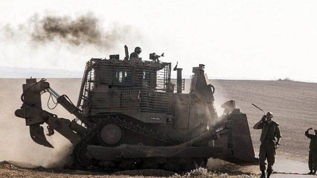 توضيحية: جرافة إسرائيلية من طراز D9 عند الحدود الجنوبية لإسرائيل مع قطاع غزة في أعقاب غارات جوية إسرائيلية على القطاع في 10 يوليو، 2014. (Jack Guez/AFP)