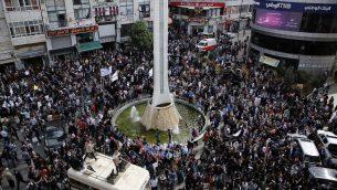 فلسطينيون يشاركون في مسيرة في 2 نوفمبر، 2017، في وسط مدينة رام الله في الضفة الغربية لإحياء الذكرى المئة ل'وعد بلفور'، الذي ساهم في قيام دولة إسرائيل واندلاع الصراع الإسرائيلي-الفلسطيني. (ABBAS MOMANI / AFP)