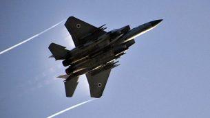 طائرة F-15 تابعة لسلاح الجو الإسرائيلي تحلق في أجواء هضبة الجولان خلال مناورة عسكرية في 23 فبراير، 2014. (Gu Ashash/Israel Air Force/Flickr)