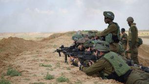 جنود إسرائيليون يستعدون لمظاهرة فلسطينية حاشدة في غزة ولاحتمال محاولة عدد من المتظاهرين اختراق السياج الأمني في 30 مارس، 2018. (الجيش الإسرائيلي)