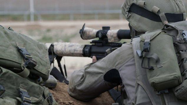 قناصون اسرائيليون يتهيأون لمظاهرات ضخمة لفلسطينيين في غزة وامكانية محاولة المتظاهرين اختراق الحدود، 30 مارس 2018 (Israel Defense Forces)