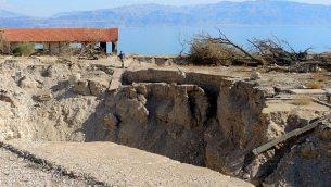 أطلال شاطئ كيبوتس عين غيدي في 3 يناير، 2017. الحفر البالوعية  أدت الى إغلاق الشاطئ في عام 2015. (Melanie Lidman/Times of Israel)