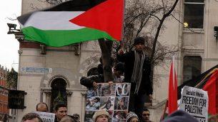 المتظاهرون في دبلن في ايرلندا يحتجون على العمليات العسكرية الإسرائيلية في غزة في أوائل عام 2009. (CC BY / albertw via Flickr.com)
