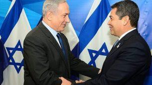 رئيس الوزراء بينيامين نتنياهو (من اليسار) يلتقي برئيس هندوراس، خوان أورلاندو هرنانديز، في القدس، 29 أكتوبر، 2015. (Kobi Gideon/GPO/Flash90)