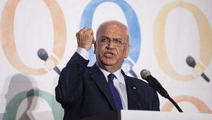 كبير المفاوضين الفلسطينيين صائب عريقات يتحدث في مؤتمر لصحيفة 'هآرتس' والصندوق الجديد لإسرائيل في مدينة نيويورك، 13 ديسمبر، 2015. (Amir Levy/Flash90/File)