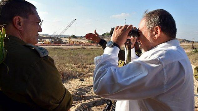 وزير الدفاع أفيغدور ليبرمان خلال زيارة الحدود بين إسرائيل وقطاع غزة في 5 يوليو 2016. (Ariel Hermoni/Defense Ministry/Flash90)