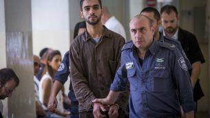 علي أبو حسن، طالب فلسطيني من قرية تقع بالقرب من الخليل، في المحكمة المركزية في القدس، قبل توجيه التهم اليه  بمحاولة تنفيذ هجوم في القطار الخفيف في القدس، 2 اغسطي 2016 (Yonatan Sindel/Flash90)