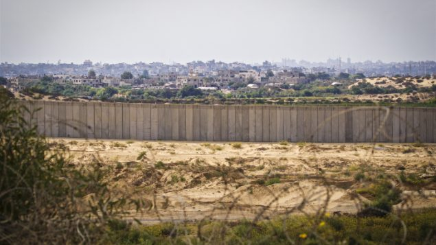 صورة لقطاع غزة من الجانب الإسرائيلي للحدود.(Doron Horowitz/Flash90)