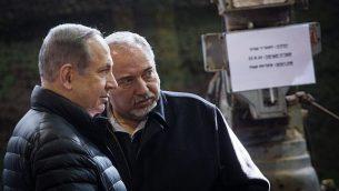 وزير الدفاع أفيغدور ليبرمان (إلى اليمين) ورئيس الوزراء بنيامين نتنياهو يزوران قسم  الجيش الإسرائيلي في الضفة الغربية، قرب مستوطنة بيت إيل الإسرائيلية، في 10 يناير 2017. (Hadas Parush / Flash90)