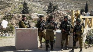 صورة توضيحية: جنود الجيش الإسرائيلي عند نقطة تفتيش في الضفة الغربية. (وسام الهشلمون / Flash90)