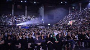 يحضر الفلسطينيون والإسرائيليون مراسم إحياء ذكرى إسرائيلية فلسطينية في تل أبيب في 30 أبريل/نيسان 2017، حيث تحتفل إسرائيل باليوم السنوي التذكاري للجنود الذين سقطوا. (Tomer Neuberg/Flash90)
