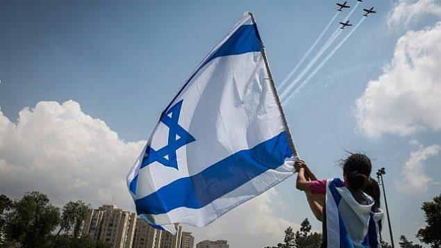 إسرائيليون يشاهدون إستعراض طائرات عسكرية في حديق ساكر خلال احتفالات إسرائيل بيوم استقلالها ال69 في القدس، 2 مايو، 2017. (Hadas Parush/Flash90)
