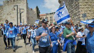 """شباب يهود يشاركون في """"مسيرة الاحياء"""" في القدس، 2 مايو 2017 (Yossi Zeliger/FLASH90)"""