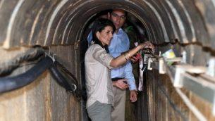 السفيرة الأمريكية لدى الأمم المتحدة نيكي خالي خلال جولة لها في نفق هجومي قامت 'حماس' ببنائه تحت الحدود بين إسرائيل وقطاع غزة، 8 يونيو، 2017. (Matty Stern/U.S. Embassy Tel Aviv)
