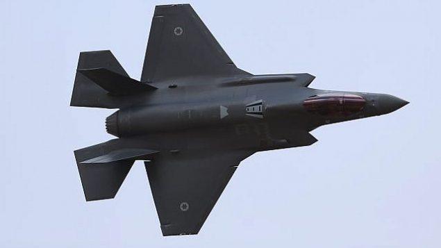 صورة توضيحية: طائرة اف-35 إسرائيلية خلال عرض جوي في حفل تخرج جنود انهوا دورة طيران سلاح الجو الإسرائيلي في قاعدة حاتسريم الجوية في صحراء النقب، 27 ديسمبر، 2017.  (Flash90)