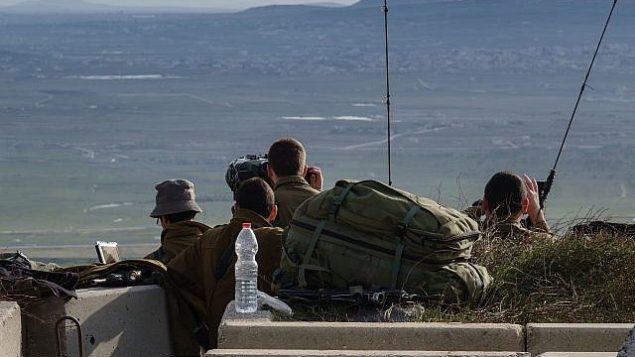 جنود إسرائيليون يراقبون الحدود مع سوريا من نقطة عسكرية غي هضبة الجولان، في أعقاب سلسلة من المواجهات الجوية مع قوات سورية وإيرانية في سوريا، في 10 فبراير، 2018. (Flash90)