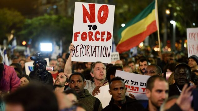 طالبو لجوء أفارقة ونشطاء يتظاهرون ضد الخطة لتحريل مهاجرين في ميدان رابين في مدينة تل أبيب، 24 مارس، 2018 (Gili Yaari/Flash90)
