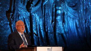 الرئيس رؤوفين ريفلين يتحدث في الاحتفال الرسمي الذي أقيم في متحف ياد فاشيم التذكاري للهولوكوست في القدس بمناسبة يوم ذكرى المحرقة في 11 أبريل، 2018. (Yonatan Sindel/Flash90)