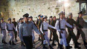 جنود يشاركون في مراسم إحياء ذكرى  ضحايا حروب ومعارك إسرائيل وضحايا الهجمات في الحائط الغربي في البلدة القديمة في مدينة القدس، 17 أبريل، 2018. (Hadas Parush/Flash90)
