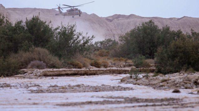 مروحية عسكرية تبحث عن الطلاب المفقودين الذين جرفهم فيضان في نهر تسافيت بالقرب من البحر الميت، 26 ابريل 2018 (Maor Kinsbursky/Flash90)