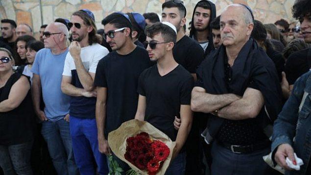 العائلة والأصدقاء خلال تشييع جنازة معيان برهوم في مقبرة هار همنوت في القدس، الجمعة 27 أبريل، 2018. قُتلت برهوم أمس مع تسعة مراهقين آخرين عندما اجتاحتهم فيضانات في ناحال تسافيت خلال رحلة صفية بالقرب من البحر الميت. (Hadas Parush/Flash90)