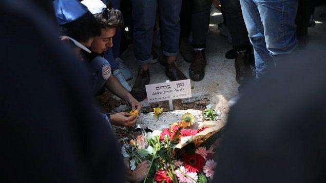 العائلة والأصدقاء أثناء تشييع جنازة معيان برهوم في مقبرة هار همنوت في القدس، الجمعة، 27 أبريل 2018. (Hadas Parush / Flash90)