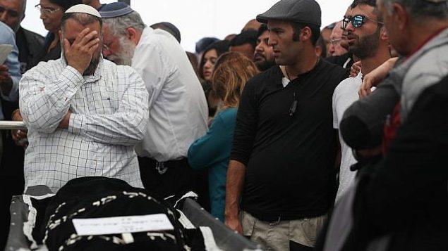 المئات يشيعون إيلا أو في جنازتها بالقرب من معاليه أدوميم بعد أن قتلت في فيضان مفاجئ في صحراء يهودا خلال جولة في 26 أبريل 2018. (Yonatan Sindel / Flash90)