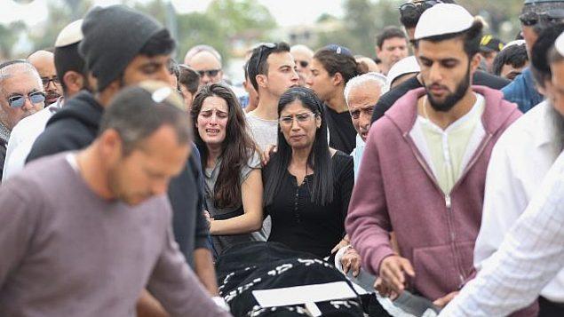 المئات خلال جنازة إيلا أور في ميشور ادوميم في 27 أبريل، 2018. (Yonatan Sindel/Flash90)