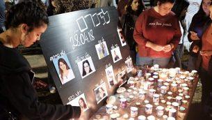 يضيء الناس الشموع في مراسم تذكارية بعد مقتل 10 مراهقين إسرائيليين عندما وقعوا في فيضان في مجرى نهر بالقرب من البحر الميت، في ميدان رابين في تل أبيب، في 28 أبريل 2018. (Tomer Neuberg/Flash90)