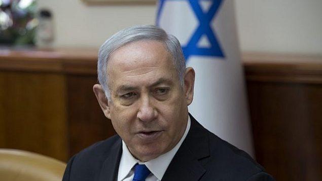 رئيس الوزراء بينيامين نتنياهو يترأس الجلسة الأسبوعية للحكومة في مكتب رئيس الوزراء في القدس، 29 أبريل، 2018. (Amit Shabi/Flash90)