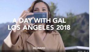 التقاط شاشة من فيديو ترويجي لغال غادوت  لهاتف هواي ميت 10. (Twitter)