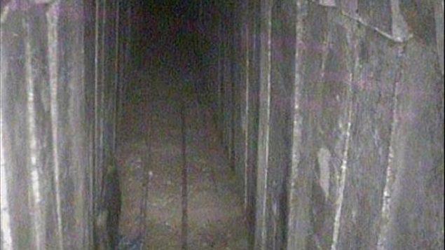 الجزء الداخلي من نفق حفرته حركة حماس تحت الحدود مع إسرائيل، والذي قام الجيش الإسرائيلي باكتشافه وهدمه، 15 أبريل، 2018. (الناطق باسم الجيش الإسرائيلي)