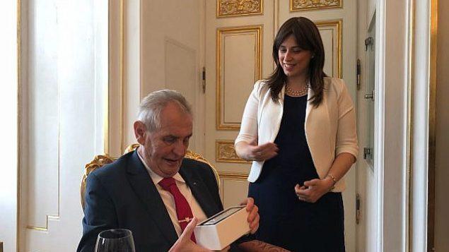 الرئيس التشيكي ميلوس زيمان (من اليسار) يلتقي مع نائبة وزير الخارجية الإسرائيلي تسيبي حاطوفيلي في احتفال أقيم بمناسبة يوم إستقلال إسرائيل ال70 في قلعة براغ، 25 أبريل، 2018. (Courtesy)