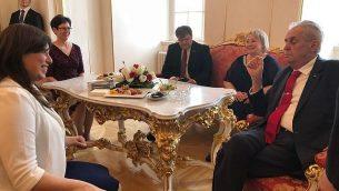 الرئيس التشيكي ميلوس زيمان (من اليمين) يلتقي مع نائبة وزير الخارجية الإسرائيلي تسيبي حاطوفيلي في احتفال أقيم بمناسبة يوم إستقلال إسرائيل ال70 في قلعة براغ، 25 أبريل، 2018. (Courtesy)