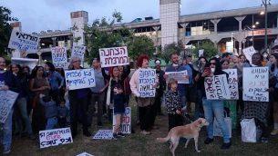 نشطاء يتظاهرون للمطالبة بإغلاق  محطة الحافلات المركزية في تل أبيب، 24  أبريل، 2018. (Melanie Lidman/Times of Israel)