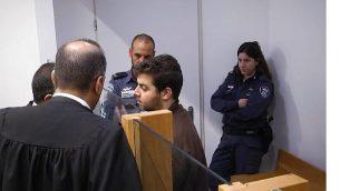 لقطة شاشة من فيديو يظهر فيه كامل أبو عمارة، وسط الصورة، وهو مواطن عربي إسرائيلي متهم بالانضمام إلى تنظيم داعش، في المحكمة المركزية في تل أبيب، 18 أبريل،