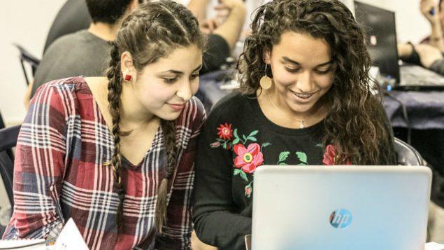 طالبتان عربيتان تعملان علىى مشروع في 'مونا'، وهي حاضنة تكنولوجيا غير ربحية في الجليل تهدف إلى بناء جسور بين الشبان اليهود والعرب من خلال تكنولوجيا الفضاء. (Courtesy)