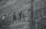 صورة نشرها الجيش الإسرائيلي لمجموعة من الفلسطينين تقوم بتخريب السياج الحدودي واختراقه قبل إطلاق النار على أحدهم وقتله، خلال احتجاجات في مخيم البريج، في وسط قطاع غزة، 3 أبريل، 2018. (لقطة شاشة)