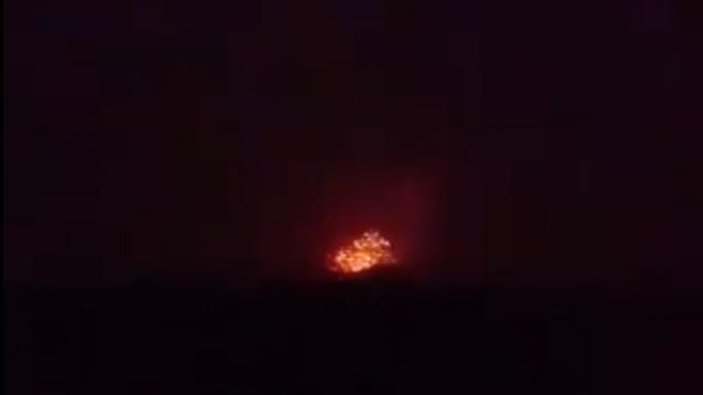 انفجار في قاعدة عسكرية، يُزعم أنها مستخدمه من قبل ميليشيات مدعومة من إيران، خارج مدينة حماة في شمال سوريا في 29 أبريل، 2018. (Screen capture; Facebook)