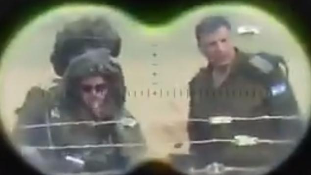 منسق النشاطات الحكومية في الأراضي اللواء يؤاف مردخاي، الى جانب قادة رفيعين اخرين في الجيش الإسرائيلي، في مرمى قناص في فيديو صدر عن حركة الجهاد الإسلامي الفلسطيني في 19 ابريل 2018 (Screen capture: Twitter)