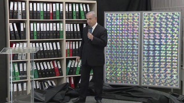رئيس الوزراء بنيامين نتنياهو يشير إلى الملفات النووية الإيرانية التي حصلت عليها إسرائيل والتي يقول إنها تثبت أن إيران كذبت بشأن برنامج أسلحتها النووية، في 30 أبريل 2018. (مكتب رئيس الوزراء)