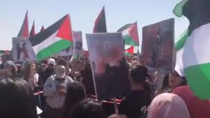 عرب اسرائيليون يشاركون في مسيارة العودة في يوم استقلال اسرائيل في عتليت، 19 ابريل 2018 (Screen capture: Twitter)